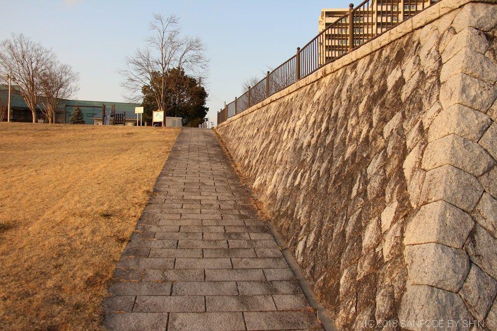 桂島緑地北側広場の石垣(東側)北を望む