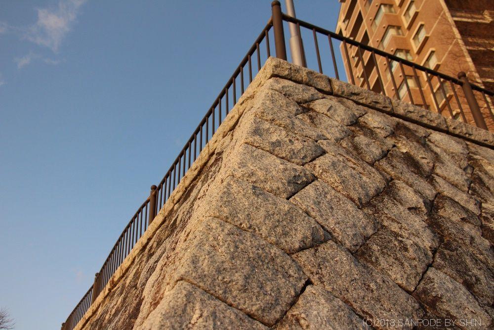 桂島緑地北側広場の石垣(東側)角部の見上げ
