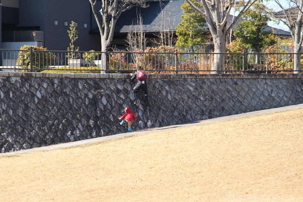 北側広場の石垣を登る人