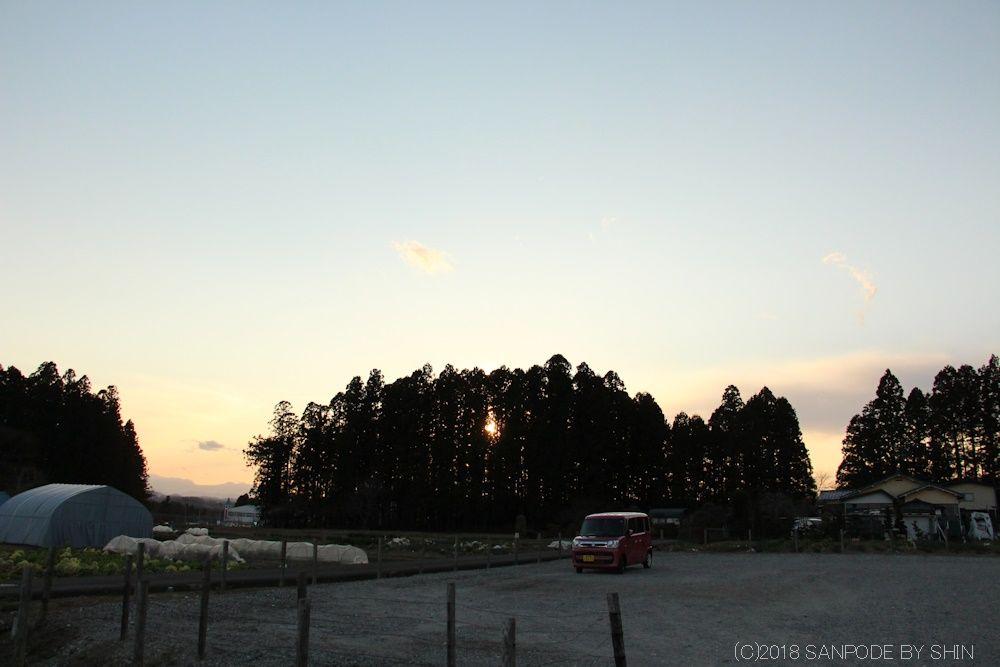 畑の向こうの日没