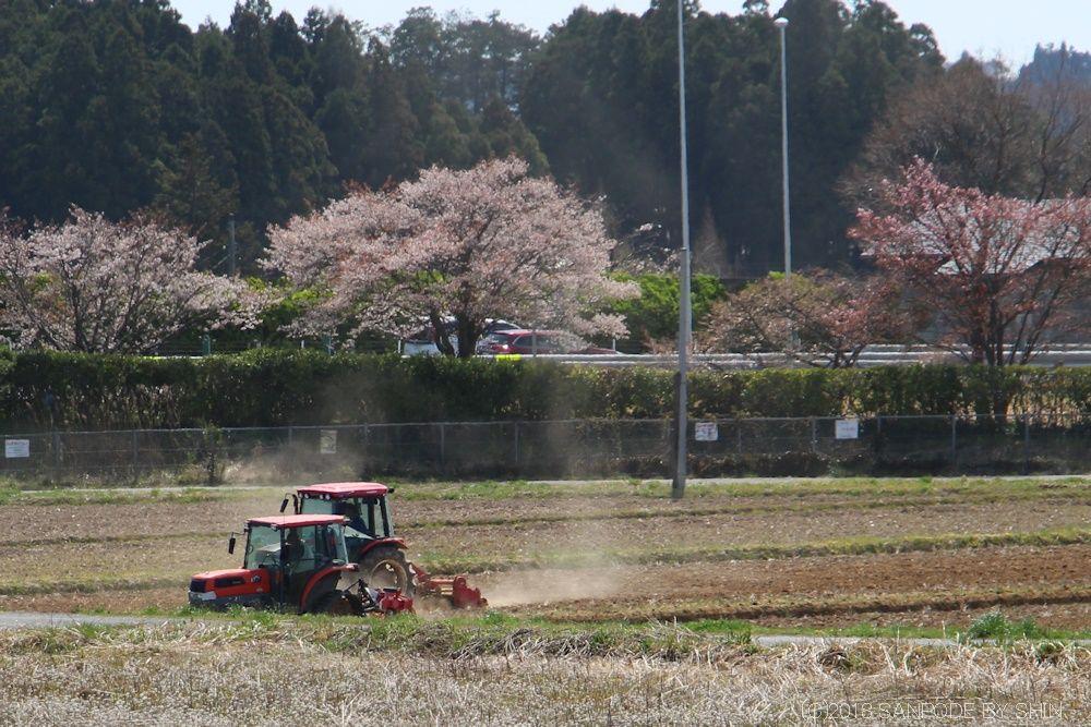 田起しをしているトラクター