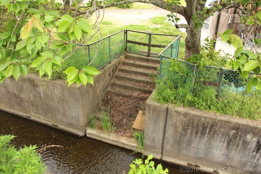 農業用水路に降りる階段