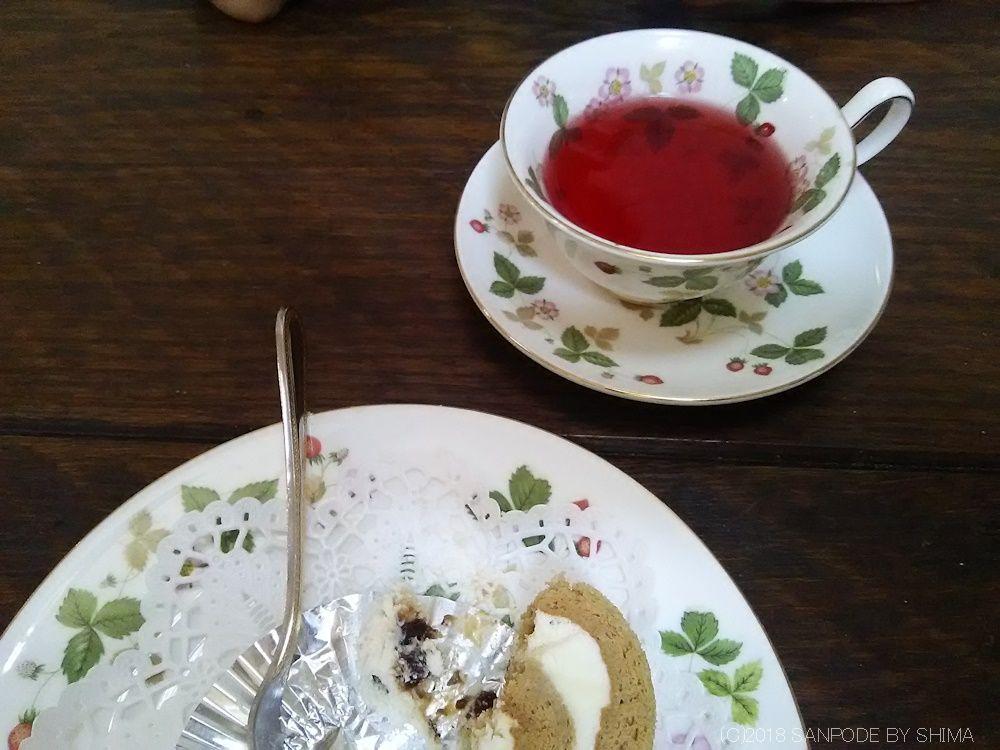 紅茶とロールケーキ