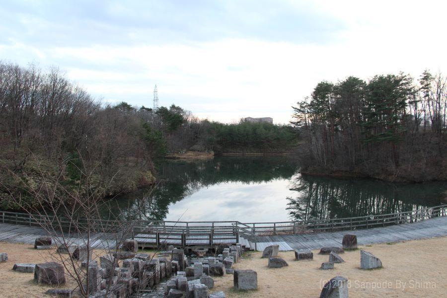 桂島緑地の北側広場 高台から静かな池に映る水面を見る
