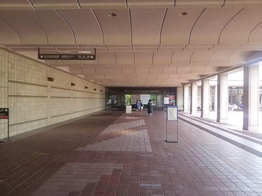 美術館エントランス(正面が入口)